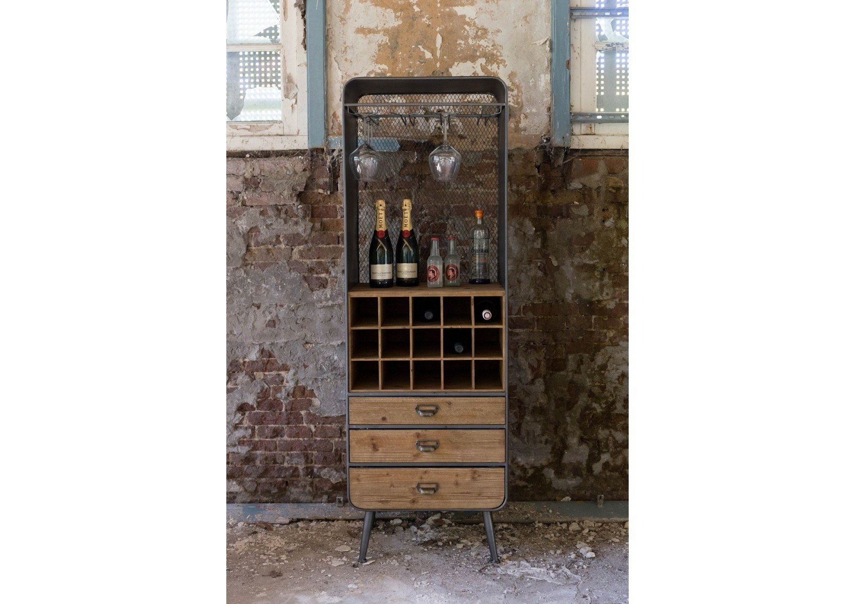 meuble range bouteilles industriel vino de chez dutchbone. Black Bedroom Furniture Sets. Home Design Ideas